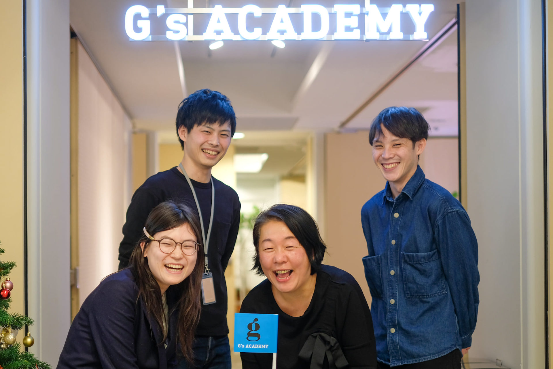 DEV14期クラス担任と恩師である山本さんとともに。